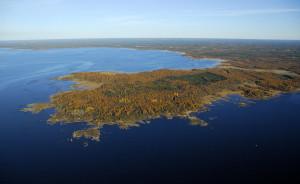 Na tomto poloostrově bude stát nová jaderná elektrárna, která po něm ponese jméno Hanhikivi. (Zdroj: Fennovoima.fi)