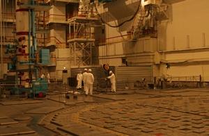 Reaktorová hala prvního bloku Leningradské elektrárny během opravy. Od května minulého roku je tento blok odstaven kvůli deformaci grafitového moderátoru. (Zdroj: Titan2.ru)