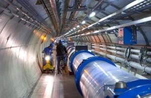 Tunel urychlovače LHC v CERNu s pracovníky pro porovnání velikost. (Zdroj: Cern.ch)