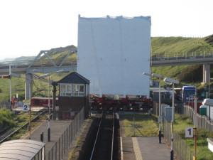 Přejezd železniční trati West Coastal Rail Line.