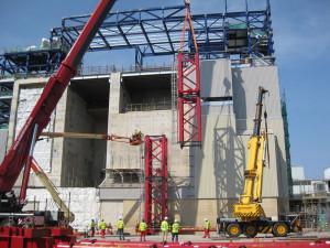Sestavování portálového jeřábu, který byl po dokončení montáže modulů odparky opět rozebrán.