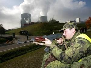 Armáda u Jaderné elektrárny Temelín. (Zdroj: Denik.cz)