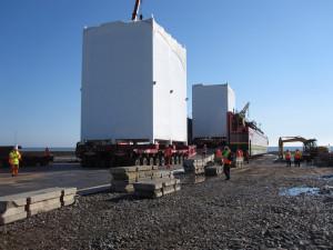 Skládání modulů z lodi na speciální podvalníky určené pro přepravu nadměrných nákladů.