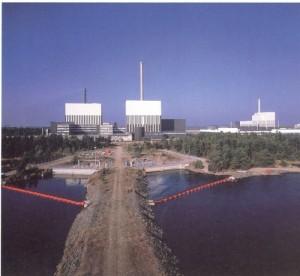 Pohled na tři bloky jaderné elektrárny Oskarshamn. Nejstarší blok má výkon 494 MW, druhý 664 MW a třetí 1450 MW, všechny jsou varné. (Zdroj: Icjt.com)