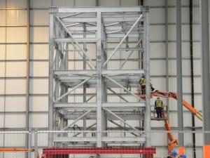 Sestavování modulu v továrně.