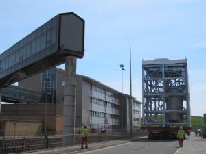 Modul je již v areálu Sellafieldského zařízení. Právě míjí dočasně odstraněný přechod mezi budovami patřícími k přepracovatelskému závodu THORP.