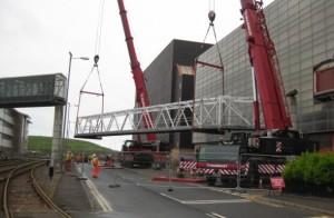 Sejmutí propojovacího mostku mezi budovami v areálu Sellafieldu.
