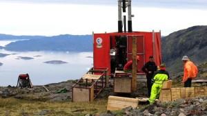 Průzkumný vrt v lokalitě Kvanefjeld, která představuje potenciální velký zdroj uranu, zinku a především kovů vzácných zemin jako je neodym (používaný při výrobě magnetů). (Zdroj: Sermitsiaq.ag)