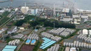 Areál poškozené jaderné elektrárny Fukušima se v současné době plní nádržemi s více či méně radioaktivní vodou. Bude jich stále přibývat. (Zdroj: Rt.com)
