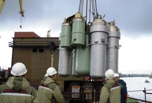Přesun sestavy reaktoru KLT-40S pomocí jeřábu na palubu plavidla Akademik Lomonosov. (Zdroj: Atominfo.ru)