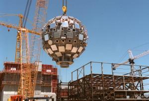 Lawrencova livermorská státní laboratoř v roce 1999 - umisťování kulové vakuové komoru, uvnitř níž je lasery zažehávána termojaderná fúze. (Zdroj: Boston.com)
