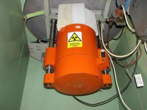 Neutronový zdroj (Am-Be) umístěný zespodu reaktorové nádoby.