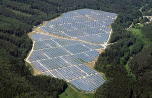 Solární elektrárny se v minulých letech staly novým prvkem české krajiny, na snímku jedna z největších -  FVE Ralsko.
