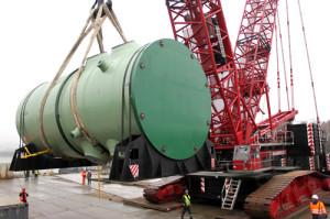 Přenášení tlakové nádoby pro druhý blok novovoroněžské jaderné elektrárny II pomocí jeřábu. (Zdroj: Rosatom.ru)