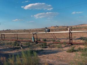 Uranový důl typu ISL na první pohled připomíná spíš pole se zavlažovacím systémem, v trubkách ale kolují kyselinové nebo uhličitanové roztoky. Jiným systémem trubek se potom odvádí vyčerpaná rozpuštěná hornina s obsahem uranu. Foto: Flicker