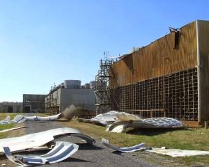 Po zemi je rozházená část konstrukce stěn některých chladicích věží v areálu obohacovacího centra v Paducah. (Zdroj: Radiationnes.blogspot.com)