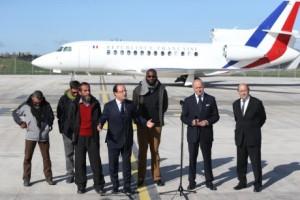 Propuštění zajatci s Francoisem Hollandem. Zdroj: WNN