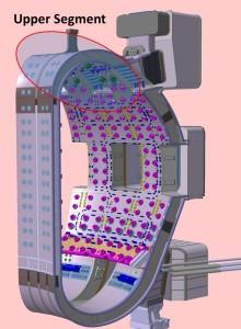 Jeden z devíti segmentů vakuové komory reaktoru ITER s vyznačenou horní částí, ta byla jako první dokončena v loděnicích HHI.