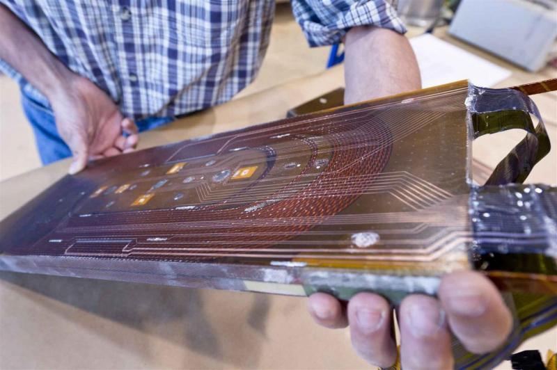 Malý testovací magnet dosáhl v CERN rekordního pole 13,5 tesla