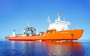Na trupu lodi Sevmorput vyčkávající na moři je vidět, že lámání ledu je pro ni běžná záležitost. (Zdroj: Rosatomflot.ru)