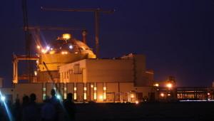Noční pohled na rozestavěnou jadernou elektrárnu Kudankulam, která již byla dokončena a zatímco druhý blok se připravuje k testům, první blok se chystá na výrobu elektřiny pro indické domácnosti a průmysl. (Zdroj: Ria.ru)