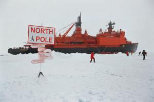 Jaderný ledoborec Sovetskij Sojuz s turisty, které dopravil na Severní pól. (Zdroj: Arcticphoto.co.uk)