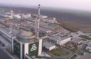 K dvěma blokům JE Kozloduj s reaktory VVER-1000 možná přibude jeden blok s reaktorem AP1000. V pozadí můžete vidět reaktorové budovy a strojovny čtyř bloků s reaktory VVER-440, které byly v roce 2004 trvale odstaveny. (Zdroj: Kznpp.org)
