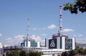 Pátý a šestý blok jaderné elektrárny Kozloduj, v nichž vyrábí elektřinu dva reaktory typu VVER-1000. Čtyři starší bloky s reaktory VVER-440 byly uzavřeny v roce 2004 před vypršením jejich životnosti, aby Bulharsko mohlo vstoupit do Evropské unie. (Zdroj: Kznpp.org)
