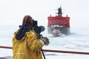 Jaderný ledoborec Jamal lámající led z paluby ledoborce 50 let Pobedy. (Zdroj: Klipsi.ch)