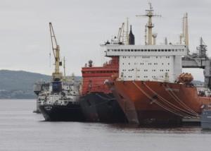 Jaderný ledoborec Rossija po boku nákladní lodi Sevmorput, která je největší civilní lodí s jaderným pohonem. Nejmenší plavidlo je služební loď Lotta. (Zdroj: Barentsobserver.com)