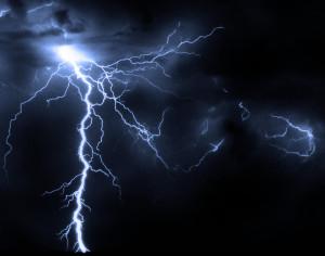 Blesk - typický příklad přírodního plazmatu na naší planetě, proudovým kanálem blesku tečou obrovské intenzity, ionizovaný plyn má poměrně vysokou teplotu i hustotu. Zdroj: Atomic Toasters