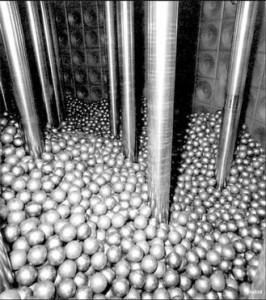 Vnitřní prostor reaktoru s kulovým ložem.
