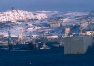 Loděnice č. 10, známá též podle jména blízkého města Poljarnyj, je domovským přístavem části flotily ruských jaderných ponorek a měla by se stát místem testování první ruské plovoucí jaderné elektrárny. (Zdroj: Barentsobserver.com)