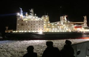 Jaderný ledoborec Vajgač se na chladném severu neztratí ani za polární noci. (Zdroj: Seanews.com.tr)
