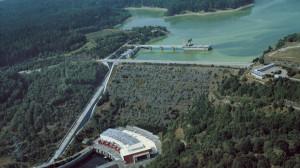 Přečerpávací elektrárna Dalešice schovaná pod hrází stejnojmenné přehrady, která má kromě kompenzace výroby v JE Dukovany ještě rekreační funkci. (Zdroj: Vyletnik.cz)