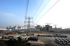 Staveniště jaderné elektrárny Ning-te, kde první dva bloky zleva již dodávají elektřinu do sítě. Tento rok má být spuštěn třetí blok a příští rok ho má následovat zatím poslední, čtvrtý blok, v  plánu jsou ale ještě další dva bloky v této lokalitě. (Zdroj: CGNPC.com.cn)