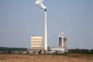 Komín tepelné elektrárny Buschhaus patří se svou výškou 307 m k nejvyšším v Německu. (Zdroj: Panoramio.com)