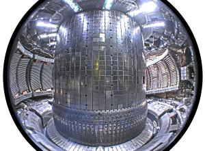 Tokamak Alcator C-mod, ve spodní částí je patrný divertor - zařízení, které izoluje plazma a vytvoří průsečík magnetických siločar, právě toto zařízení má velký vliv na vznik modů s vysokým udržením.