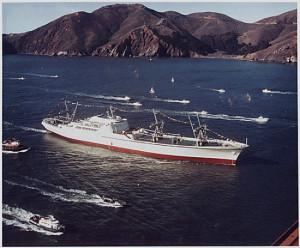 NS Savannah vplouvá do Sanfranciského zálivu během oslav zahájení jejího provozu. (Zdroj: Funkoffizier.com)