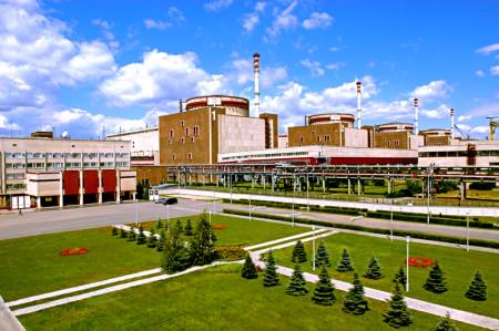 Jaderná elektrárna Balakovo se svými čtyřmi dokončenými bloky typu VVER-1000. V pozadí si můžete všimnout žlutého portálového jeřábu stojícího na staveništi pátého bloku, jehož výstavba byla společně s výstavbou šestého bloku pozastavena v roce 1992. (Zdroj: Atomic-energy.ru)