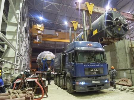 Dopravování největších dílů (jako je plynová trubína, parní turbína a generátor) do budov nových bloků Jihouralské tepelné elektrárny. (Zdroj: 100tonn.com)