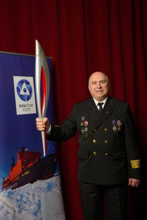 Kapitán jaderného ledoborce Valentin Davydjanc s olympijskou pochodní, kterou dovezl až na severní pól. (Zdroj: Essential Communication)