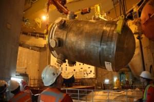 Přesun tlakové nádoby uvnitř kontejnmentu reaktoru typu EPR probíhalo za pomoci polárního jeřábu. (Zdroj: World Nuclear News)