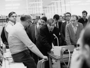 Šéf konstruktérů protonových prstenců ISR Kjell Johnson do mikrofonu oznamuje první úspěšné srážky.