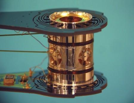 Kovové pouzdro nazývané hohlraum obsahuje deuterium a tritium a jakožto terč je při zažehnutí fúze umístěno ve středu zážehové komory. Do tohoto bodu míří 192 laserů. (Zdroj: Nytimes.com)