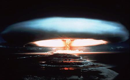 Fotografie pořízená francouzskou armádou při pokusném výbuchu jaderné bomby ve Francouzské Polynésii v roce 1971. (Zdroj: Theatlantic.com)