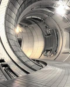 Stará podoba tokamaku Tore Supra, v dolní části je patrný toroidální limiter, ten už ve vakuové nádobě nenajdete.