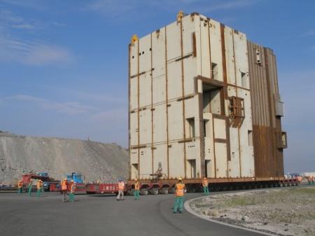 Modul CA-20 pro Sanmenskou jadernou elektrárnu v Číně. Váží 749 tun a na výšku měří 21 metrů, díky čemuž stanovil výškový rekord v čínské silniční přepravě. (Zdroj: Dajian.cn)