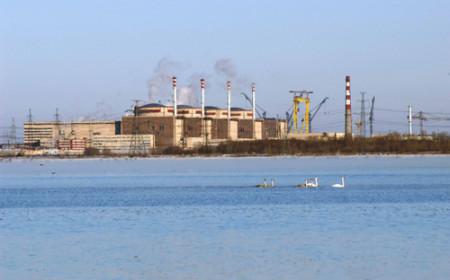 Pohled na čtyři balakovské bloky typu VVER-1000 přes vody řeky Volhy. (Zdroj: Balnpp.rosenergoatom.ru)
