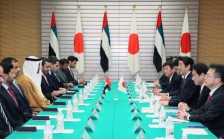 Jeho Výsost šejk Mohamed bin Zayed Al Nahyan sedící nalevo uprostřed hovoří s japonským předsedou vlády Šinzó Abem (napravo uprostřed). (Zdroj: World Nuclear News)